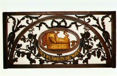 PBK-1991-182 Het 18e eeuwse houten bovenlicht van het beroemde café ' Het paard in de wieg ' aan de oostzijde van de ...