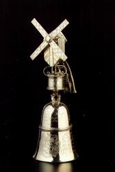 PBK-1991-183 Een zilveren molenbeker uit de verzameling van het Historisch Museum Rotterdam.
