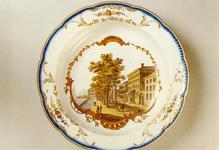 PBK-1991-185 Een bord met een voorstelling van het Oostindisch Huis aan de Boompjes uit de verzameling van het ...