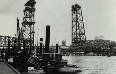 PBK-1991-98 De bouw van de spoorweghefbrug. Op de voorgrond de Koninginnebrug.