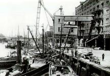 PBK-1992-232 Binnenvaartschepen aan kade van de Rijnhaven oostzijde, voor overslag van goederen.
