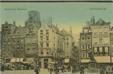PBK-1992-62 De Grotemarkt met rechts het standbeeld van Erasmus. Op de achtergrond de Wijde Marktsteeg.