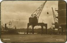 PBK-1993-1064 Gezicht op de oostzijde van de Rijnhaven. In het midden een brugkraan en rechts een gedeelte van het het ...