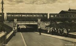 PBK-1993-1065 Schooljeugd voor de Statentunnel bij de Beukelsdijk, uit het zuiden gezien.