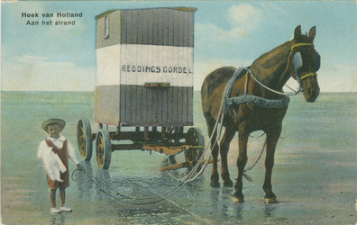 PBK-1993-1247 Een kind met een paard en een reddingsgordel aan het strand in Hoek van Holland.