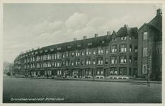 PBK-1993-134 Gezicht in de Grondherenstraat. rechts de ULO-school en links de Doklaan.