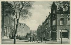 PBK-1993-137 Westduelstraat vanaf de Wolphaertsbocht. Op de achtergrond N. V. Machinefabriek Braat aan de Doklaan.