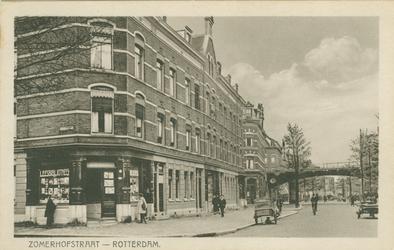 PBK-1993-1374 Zomerhofstraat in de richting van de Noordsingel, uit het zuidwesten. Links de kruising met de ...