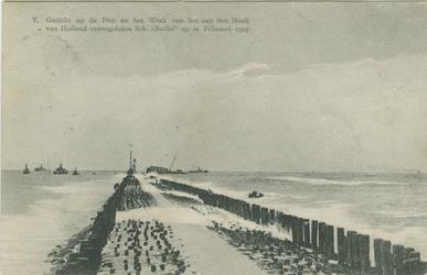 PBK-1993-163 De pier van Hoek van Holland en op de achtergrond het wrak van de op 21 februari 1907 verongelukte s.s. Berlin.
