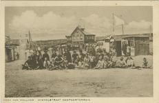 PBK-1993-167 Een groep mensen poseert in de winkelstraat van het gemeentelijk kampeerterrein in Hoek van Holland
