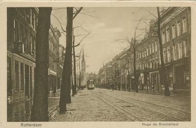 PBK-1993-208 Hugo de Grootstraat, vanuit het zuiden. Op de achtergrond de rooms-katholieke kerk van de Allerheiligste ...