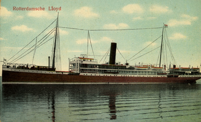 PBK-1993-612 Het stoomschip Kawi van de Rotterdamse Lloyd N.V., gezien aan de bakboordzijde