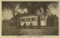 PBK-1993-64 Tram nummer 63 van lijn 13 bij het eindpunt aan de Groene Hilledijk, bij wijkgebouw 't Slag. Op de ...