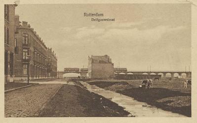 PBK-1993-744 Delfgaauwstraat. Op de achtergrond een trein die over het spoorwegviaduct Rotterdam - Den Haag via ...