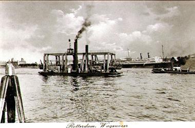 PBK-1993-876 Het Wagenveer op de Nieuwe Maas, varend tussen de linker en rechter Maasoever. Op de achtergrond een schip ...