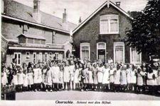 PBK-1993-877 Kinderen op het plein van de school met den Bijbel aan de Delftweg.
