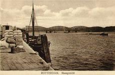 PBK-1993-927 De Nieuwe Maas gezien vanaf de Boompjeskade. Uit het noordwesten. Op de achtergrond de Willemsbrug en de ...
