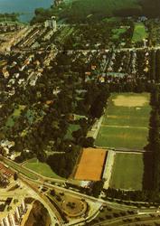 PBK-1995-20 Luchtopname van Arboretum Trompenburg, de sportvelden van Exelsior en het stadion. Op de achtergrond de ...