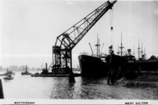 PBK-1996-106 De drijvende bok Titan en enkele schepen op de Nieuwe Maas bij de scheepswerf Wilton aan de Westkousdijk ...