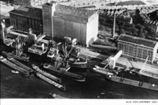 PBK-1996-156 Luchtopname van de schepen in de Maashaven en de achterzijde van de N.V. Graansilo Maatschappij Rotterdam ...