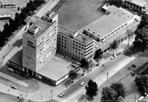 PBK-1996-28 Het Rijnhotel en café-restaurant Falstaff aan het Schouwburgplein. Rechts de Mauritsweg.