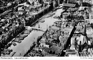 PBK-1996-319 Luchtopname van de Leuvehaven. Rechts de Zuiderkerk aan de Glashaven. Op de achtergrond de Zeevischmarkt.