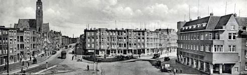 PBK-1999-36 Gezicht op het Burgemeester Meineszplein. Links de Beukelsdijk met de Sint-Willebrorduskerk en rechts de ...