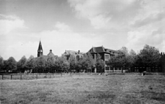 PBK-1999-76 Gezicht op het Afrikaanderplein. Op de achtergrond de Sint-Franciscuskerk en de H.B.S.
