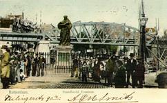 PBK-2000-240 Grotemarkt met het standbeeld van Erasmus. Rechts het Steiger.