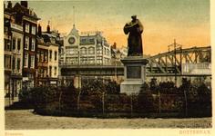 PBK-2000-241 Grotemarkt met het standbeeld van Erasmus. Op de achtergrond het spoorwegviaduct.