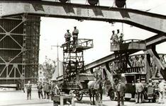 PBK-2002-102 Aanleg van de bovenleiding voor de tram die over de nieuwe Koninginnebrug zal gaan rijden.