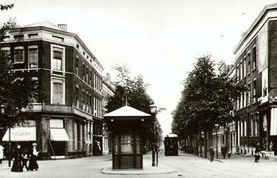 PBK-2002-104 Gezicht in de Hugo de Grootstraat met op de achtergrond een tram.