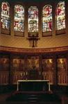 PBK-2002-154 Priesterkoor met tabernakelkast van Jan Brom, zilversmid te Utrecht, en glas-in-lood ramen van Henk ...