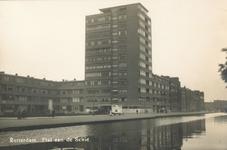 PBK-2003-123 Gezicht op de Rotterdamse Schie. Op de achtergrond de flat op het Ungerplein, uit het zuidoosten gezien.