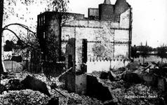 PBK-2003-152 Gezicht op de door het Duitse bombardement van 14 mei 1940 getroffen panden aan de Baan. Als gevolg van ...