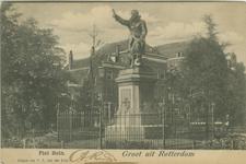 PBK-2003-242 Standbeeld van Piet Hein, achter het plantsoen is de bebouwing aan de westzijde van het Piet Heynsplein in ...