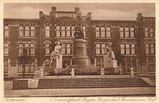 PBK-2004-226 Gezicht op het monument Van 't Hoff en de Hogere Burgerschool aan de 's-Gravendijkwal.
