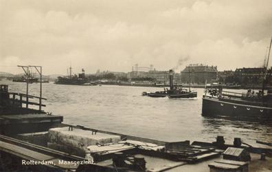 PBK-2004-268 Gezicht op de Nieuwe Maas met veel scheepvaart. Op de achtergrond het Noordereiland met rechts het gebouw ...