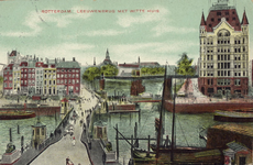 PBK-2004-28 De Koningsbrug over de Oudehaven. Deze brug werd in de volksmond Vier Leeuwenbrug genoemd. In het midden de ...