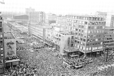 PBK-2004-305 Publiek op de Coolsingel en het Stadhuisplein, tijdens de huldiging van Feyenoord, winnaar van de ...