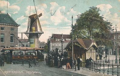 PBK-2004-384 Gezicht op het Oostplein met molen de Noord, een gedeelte van de marinierskazerne en een tram.
