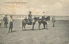 PBK-2004-405 Enkele mensen, waaronder 2 te paard aan het strand in Hoek van Holland.