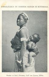 PBK-2004-406 Een moeder uit Dahomey, het huidige Benin, een koninkrijk aan de Afrikaanse slavenkust, gelegen aan de ...