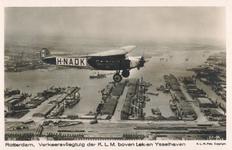 PBK-2005-123 Een vliegtuig van de KLM vliegt boven de Lek- en de IJselhaven.