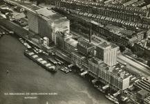 PBK-2005-246 Achteraanzicht van de N.V. Meelfabrieken der Nederlandsche Bakkerij ( Meneba ) aan de Brielselaan. Op de ...