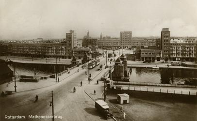 PBK-2005-257 Overzicht van de Mathenesserbrug over de Delfshavense Schie. Op de achtergrond het Mathenesserplein, uit ...