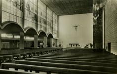 PBK-2005-324 Het interieur rooms-katholieke Kerk Onze Lieve Vrouwe Onbevlekt Ontvangenis, gezien naar het altaar. Links ...