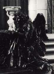 PBK-2005-372 Eén van de engelen van de communiebank, vervaardigd in 1720-1725 door de Vlaamse meester beeldsnijder ...