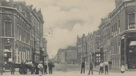 PBK-2005-621 De 1e Pijnackerstraat in de richting van de Ruivenstraat, gezien vanaf de Zaagmolenstraat. Verderop rechts ...
