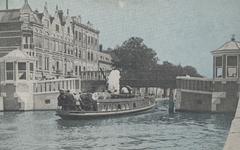 PBK-2005-639 Het Delftse bootje vaart onder de Teilingerbrug over de Rotterdamse Schie door.